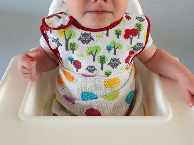 Dziecko w śliniaku, obwiązane pieluszką